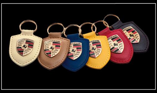 Porte-clés Porsche Ecusson Pièce de cuir de 7 cm avec contour piqué.  Ecusson céramique et métal de 3 cm. Anneau doré - Finement détaillé cd1abceca03